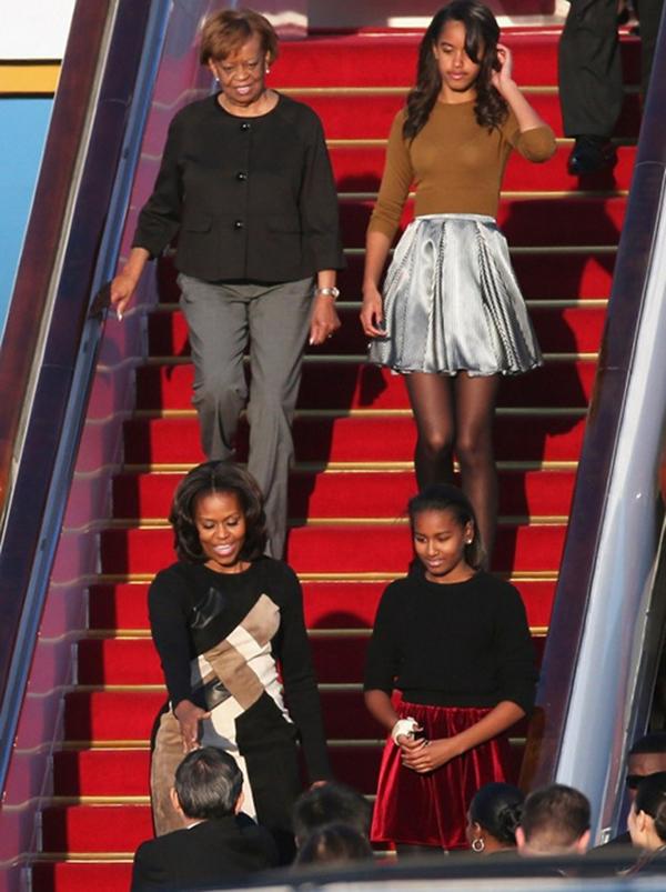 Michelle-Obama-arrives-in-China-with-Sasha-and-Malia